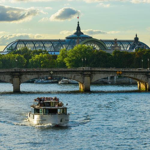Guidée Un nouveau Regard sur Paris       18€      1h   Visitez Paris depuis la Seine avec nos guides passionnants. Au programme: Histoires, échangeset anecdotes.  Découvrir